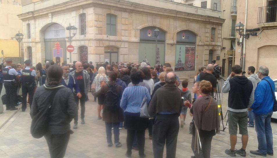 Concentració davant el local de la Jove de Tarragona.