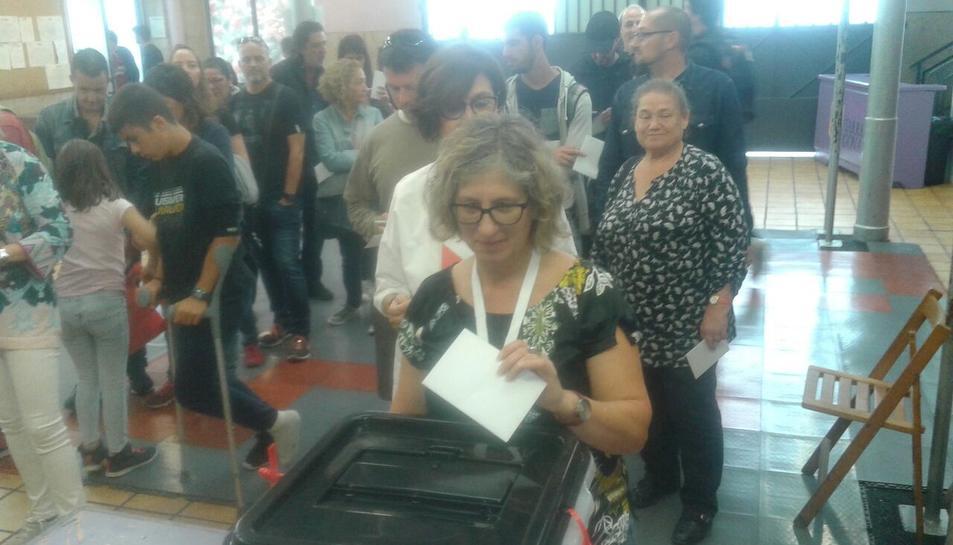 La primera votant al local de la Jove de Tarragona.
