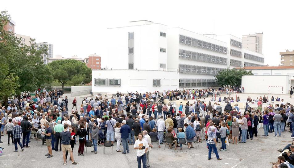 Imatge aèria de l'enorme cua que s'ha generat a les 9:30 hores a l'institut Antoni de Martí i Franquès de Tarragona