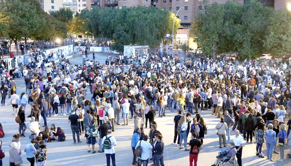 El pati de l'Institut Antoni de Martí i Franquès de Tarragona, amb més d'un miler de persones custodiant el centre mentre es fa el recompte de vots.