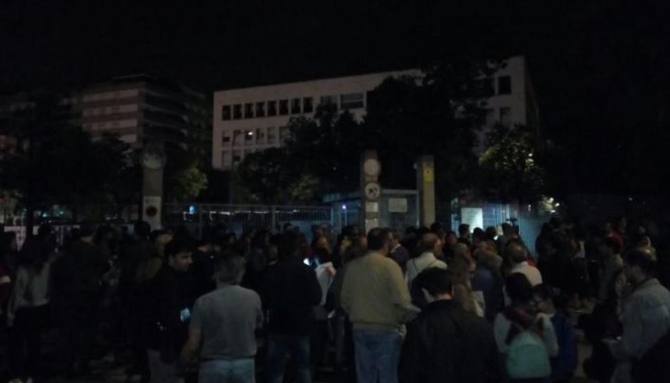 Unes 150 persones, davant de l'Institut Martí i Franquès.