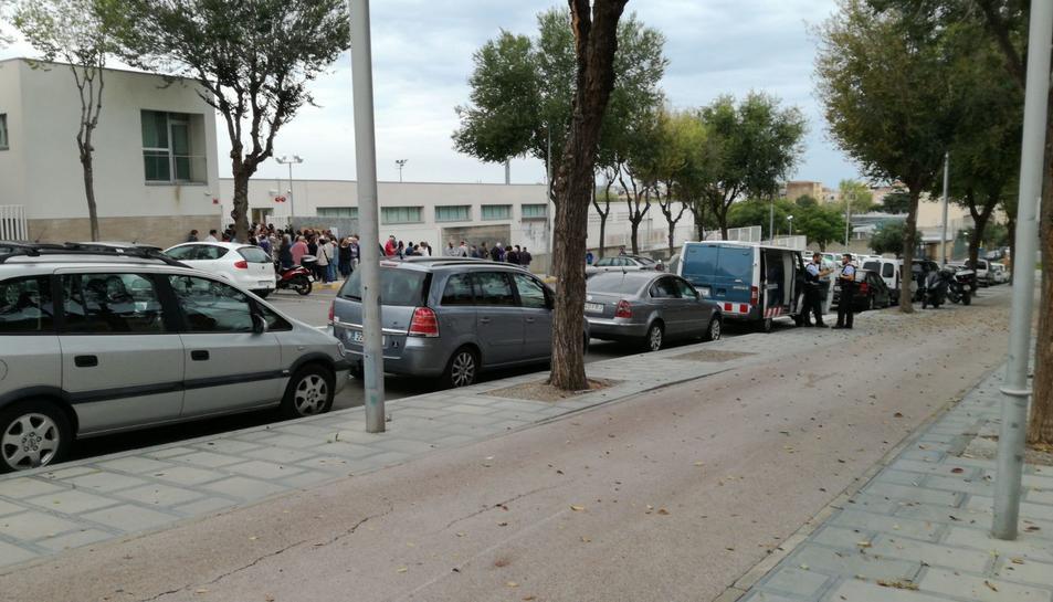 Els Mossos també han arribat a l'Institut Coll Blanc de la Canonja.
