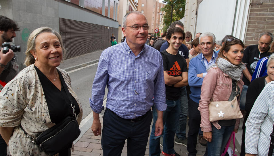 L'alcalde reusenc, fent cua a l'IES Baix Camp per votar.
