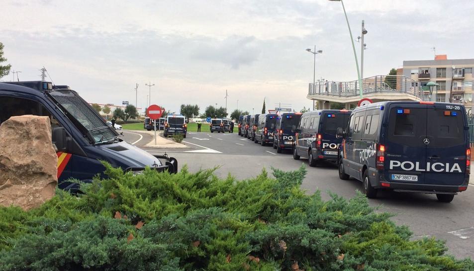 imatge de furgons de la Policia Nacional, que s'ha personat a Campclar.