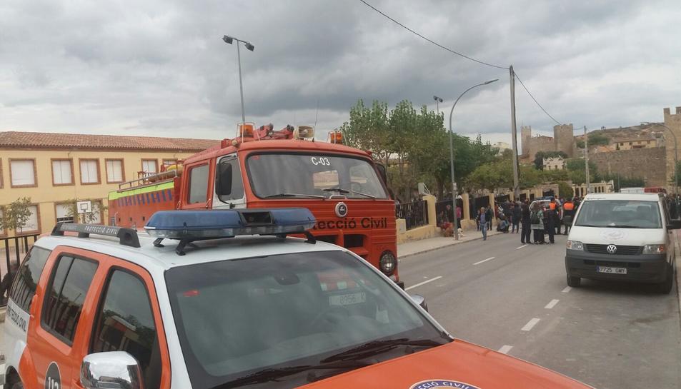 Vehicles de protecció civil tancant el pas al carrer del col·legi.