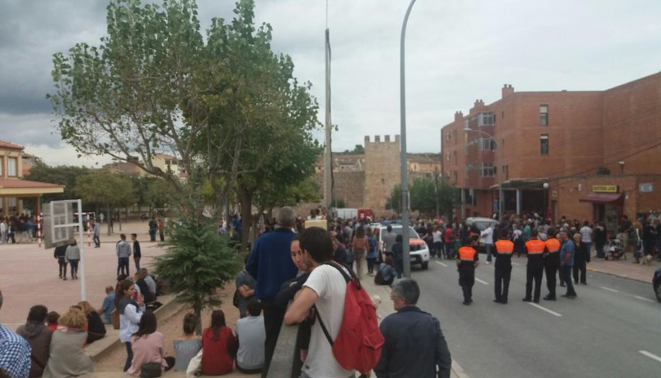 Protecció civil i bombers han bloquejat el pas al col·legi electoral.