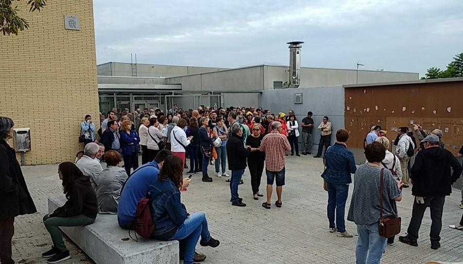 Concentració de persones a l'Institut Sant Pere i Sant Pau de Tarragona.