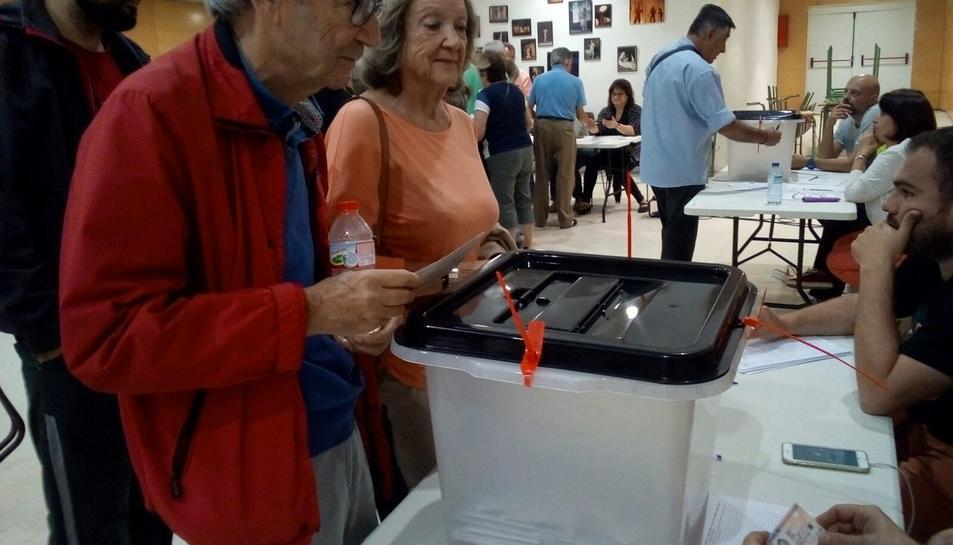 Persones votant a l'Institut Martí i Franquès.