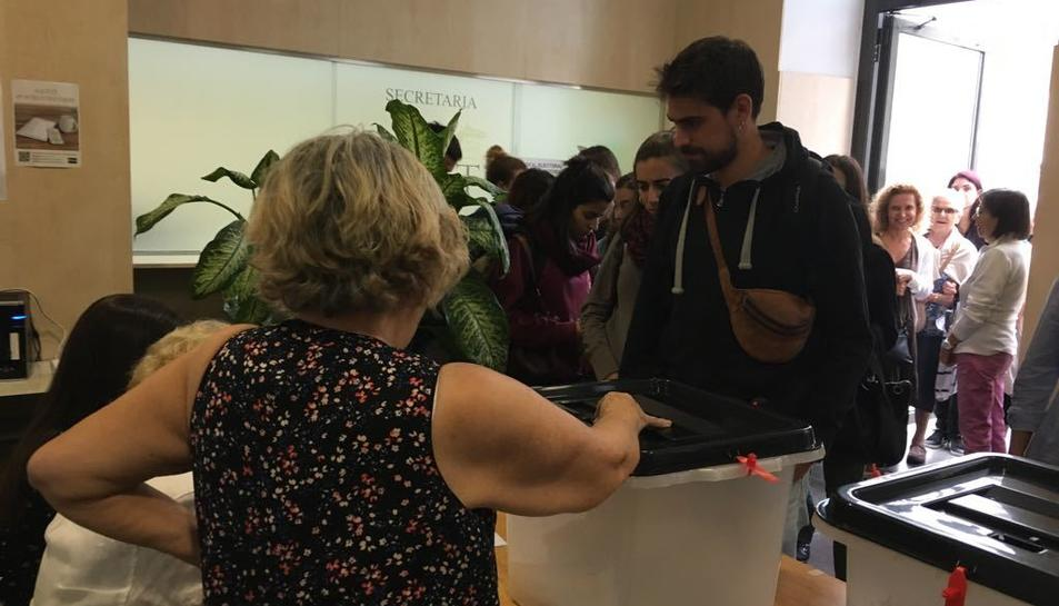 Gent votant a l'EOI de Tarragona.