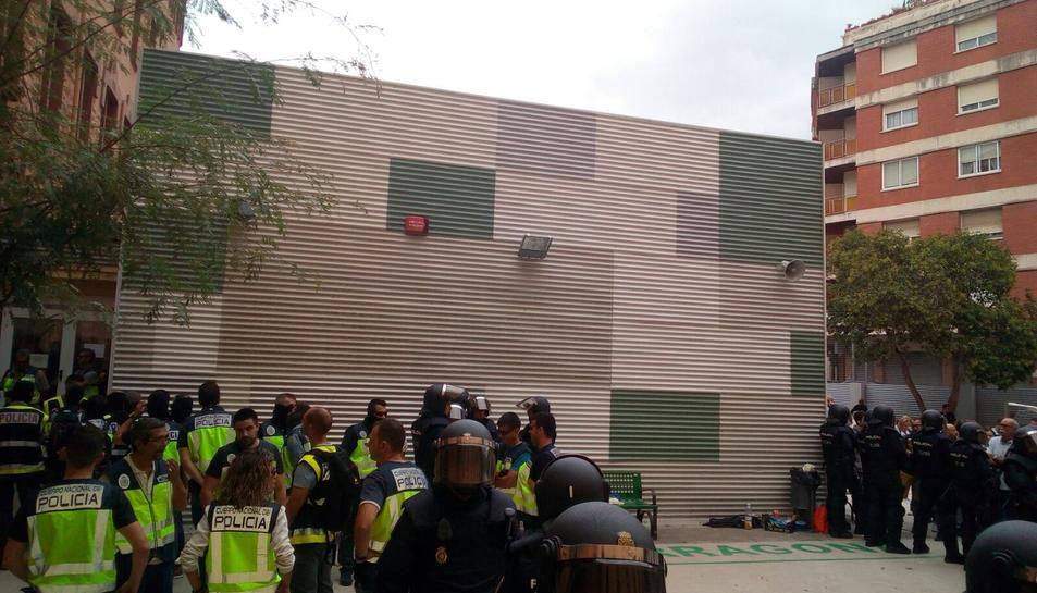 Agents de la Policia situats a l'exterior de l'IES Tarragona.