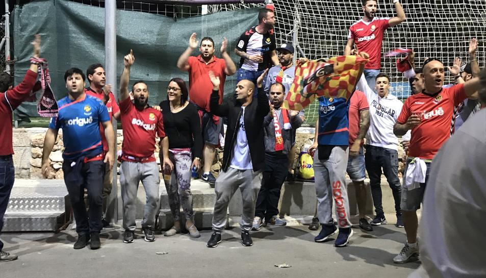 Socis i aficionats del Nàstic, aquest diumenge animant als jugadors després del no-partit.