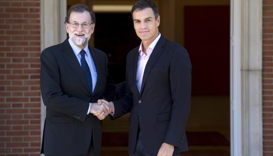 Imatge de Rajoy rebent a Sánchez per analitzar la situació després de l'1-O.