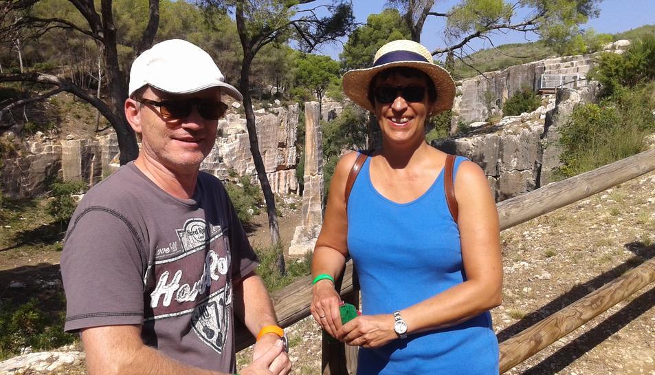Els turistes alemanys Thomas i Manuela i, entre ells, al mig, l'Agulla del Mèdol.