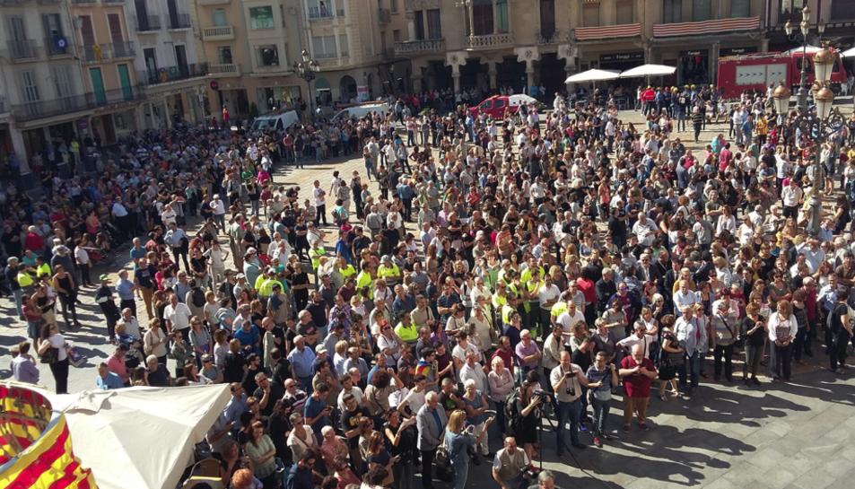 Concentración en varios municipios de Campo de Tarragona en rechazo a la violencia del 1-O