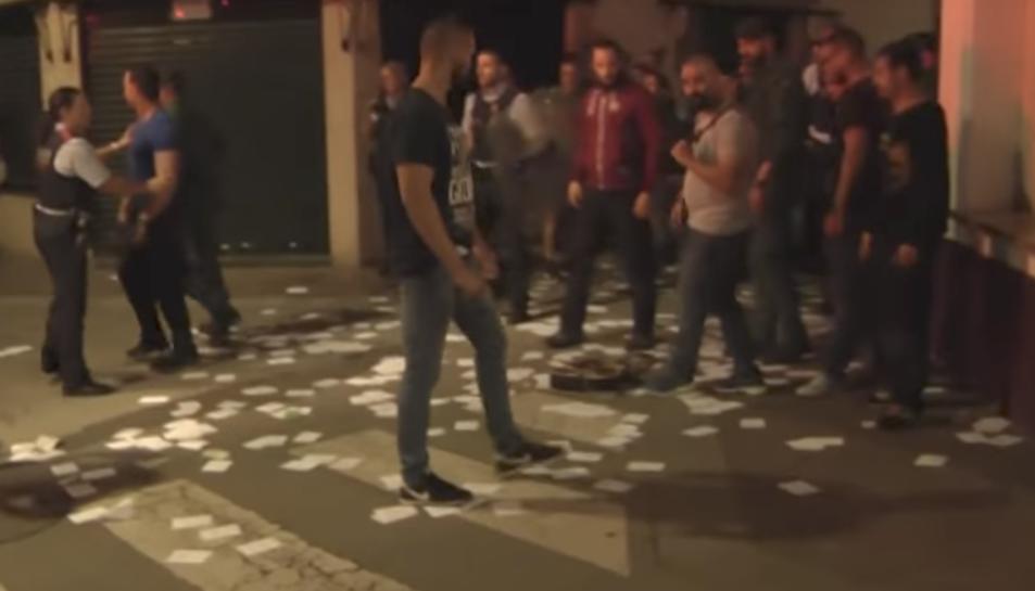 Agents de paisà de la Guàrdia Civil van atacar els manifestants que hi havia davant l'hotel, aqust diumenge a la nit.