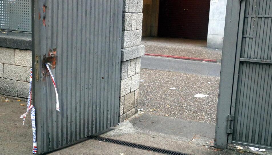 Desperfectes de la porta del col·legi Verd de Girona aquest 1 d'octubre.