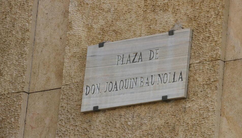 Placa de l'actual plaça Joaquim Bau que serà substituïda pel de plaça 1 d'octubre, aquest 2 d'octubre de 2017.