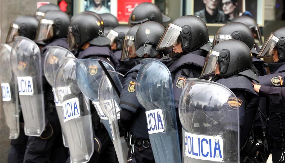 Un moment de l'actuació de la Policia a la Plaça Imperial Tàrraco l'1 d'octubre.