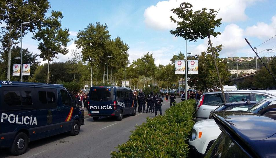 Furgons de la Policía NAcional desplegats a Girona.