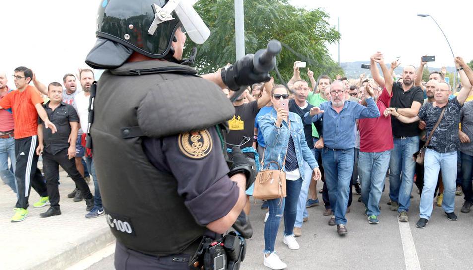 Un dels agents de la Guàrdia Civil ensenyant la porra als ciutadans que els increpaven per la seva actuació a Roquetes