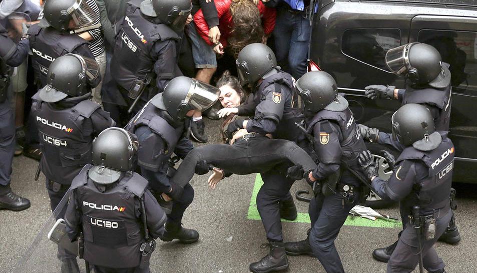 Intervenció policial a l'escola Ramon Llull de Barcelona.