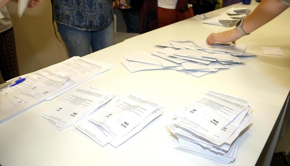 Imatge del recompte de vots a un cl·legi electoral.