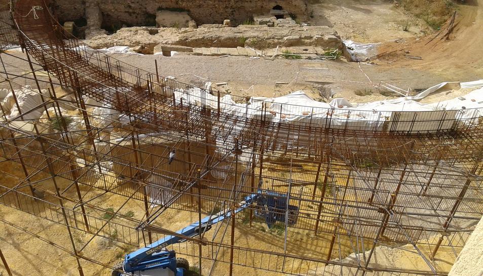 Aspecte que ofereix l'estructura de ferro ja instal·lada, vista des del carrer Caputxins.