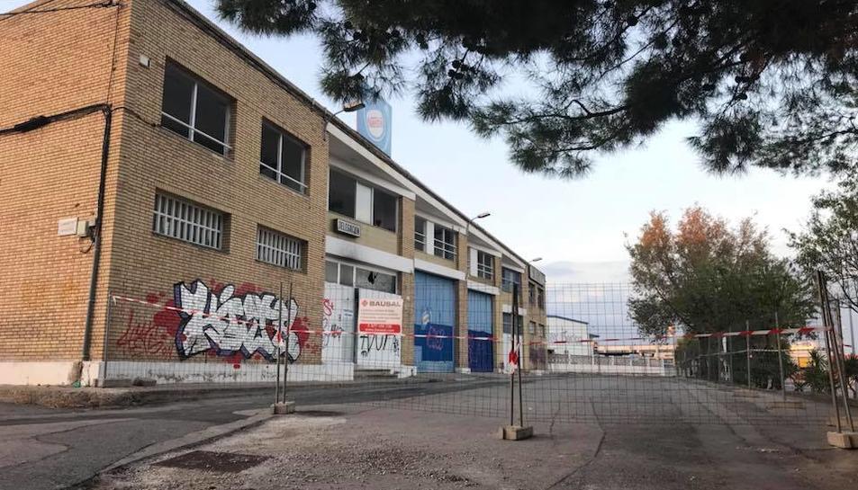 Les tanques impedeixen el pas a l'antiga fàbrica, on un menor va prendre mal al mes de maig.