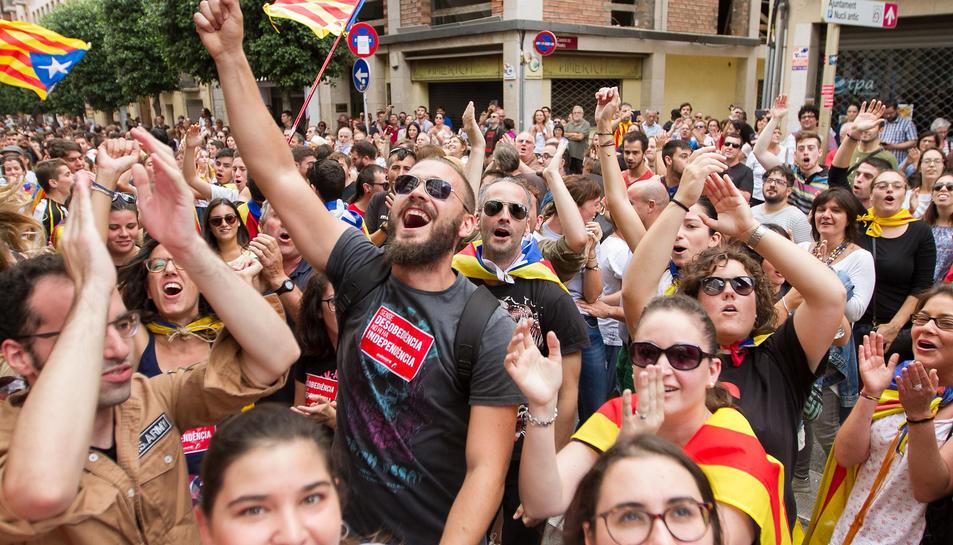 Manifestants escridassen pel matí als agents de la Policia Nacional allotjats a l'hotel Gaudí.