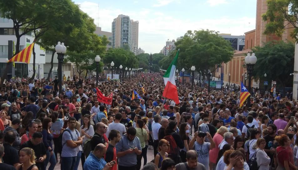 Més de 5.000 persones a la rambla del President Lluís Companys, davant del Corte Inglés de Tarragona, en la mobilització de la vaga general pel centre de la ciutat. Imatge del 3 d'octubre del 2017