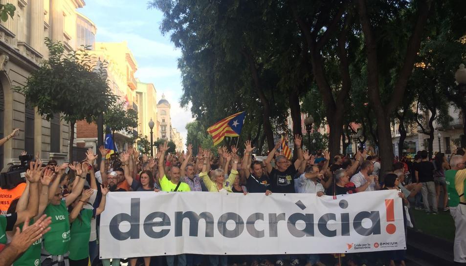 Aplaudiment silenciós a la manifestació a Tarragona, a la rambla Nova.