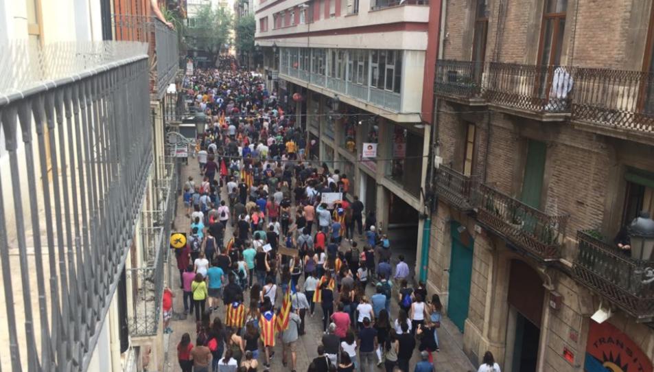 Els manifestants en direcció a la Plaça de la Font.