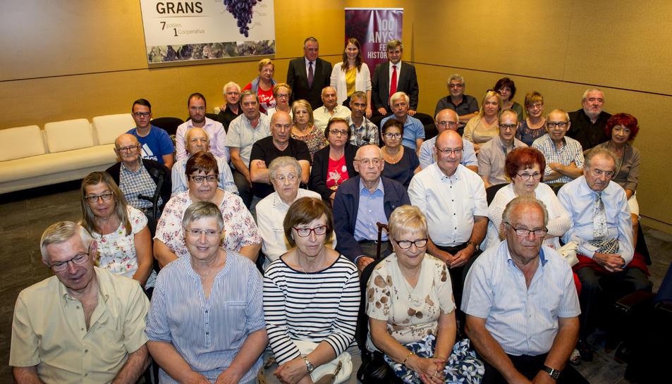 Els familiars dels vint socis fundadors de la cooperativa, a l'acte d'inauguració del centenari.