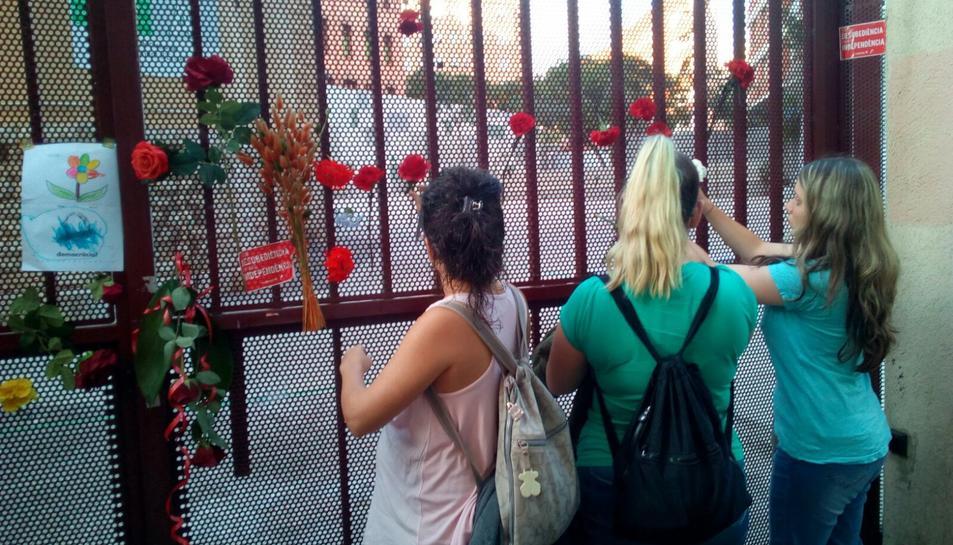 Comencen a deixar clavells i flors a la porta de l'InsTarragona.