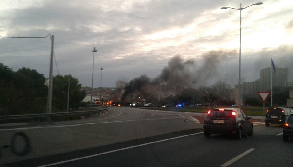 Una barricada amb fogueres talla el Pont de Santa Tecla des de la plaça Europa.