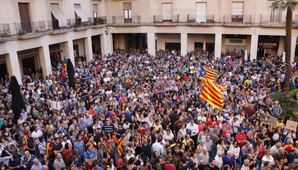 Milers de persones concentrades a la plaça de l'Ajuntament de Tortosa aquest 3 d'octubre.