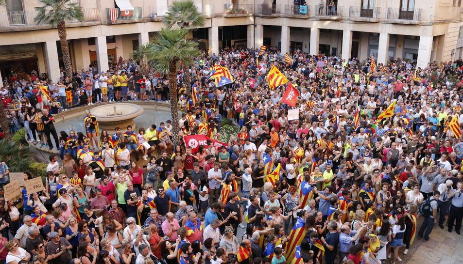 Milers de persones concentrades a la plaça de l'Ajuntament de Tortosa, aquest 3 d'octubre.