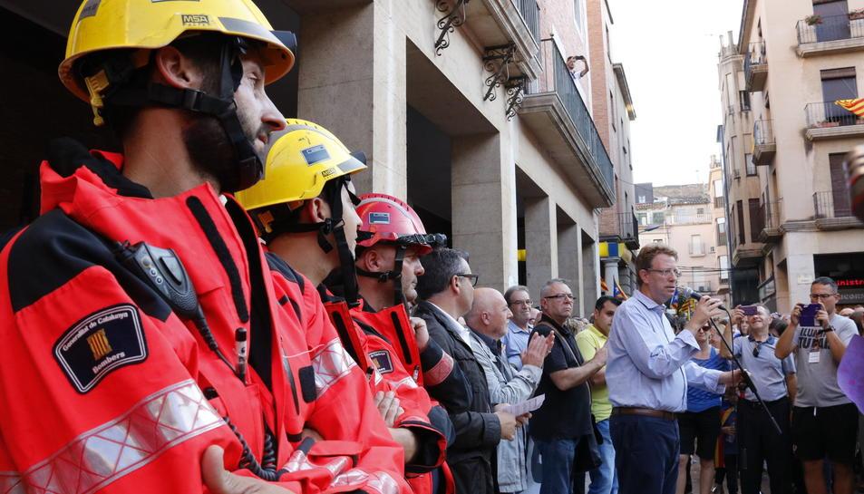 Efectius de Bombers mentre parlava l'alcalde de Tortosa, Ferran Bel, aquest 3 d'octubre.