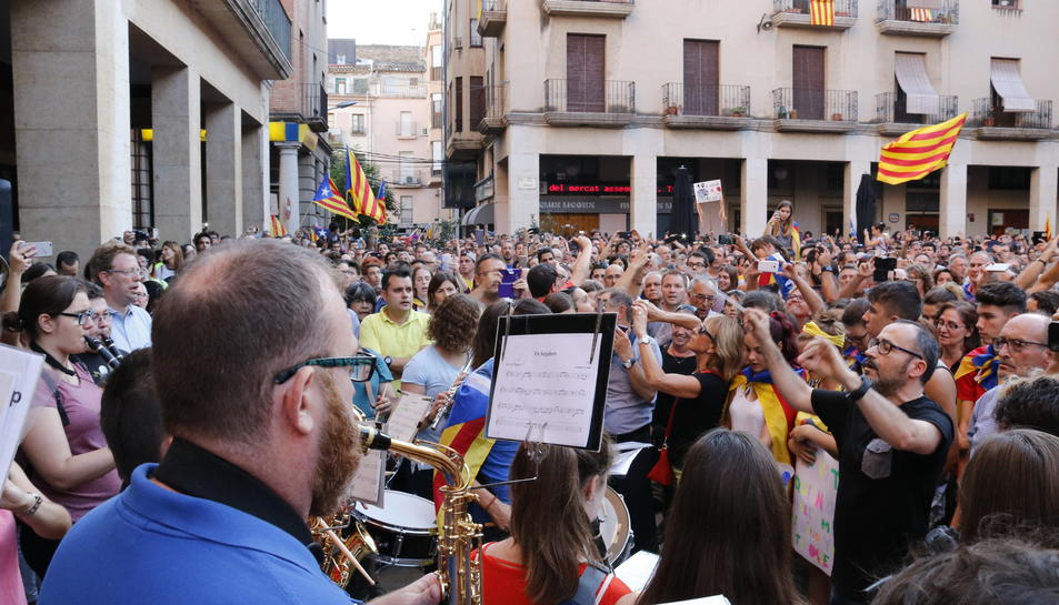 Un grup de músics interpretant 'Els Segadors' a la plaça de l'Ajuntament de Tortosa, aquest 3 d'octubre.