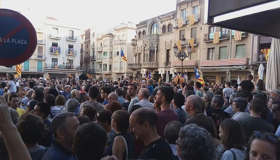 La plaça del Mercadal omplint-se per la concentració.