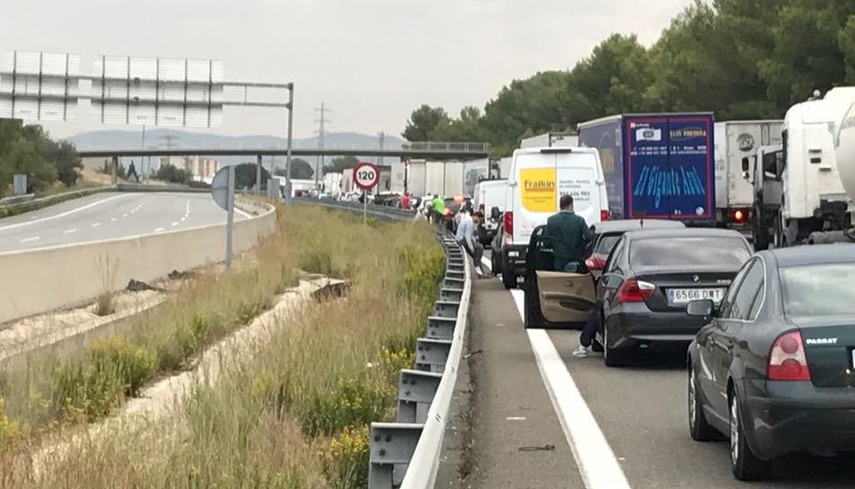 Retenció de vehicles a l'AP-7 a Vilafranca en sentit nord.