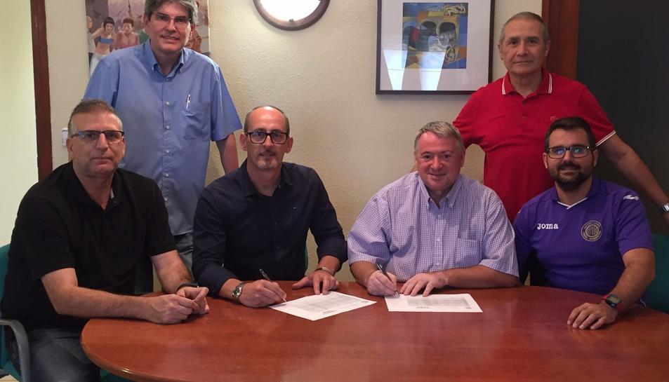 Foto: Imatge de la signatura dels dos ajuntaments i el Club Esportiu l'Arboç .