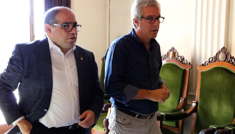 Pla mig del regidor Josep Maria Prats sortint de la sala d'actes de l'Ajuntament de Tarragona amb l'alcalde, Josep Fèlix Ballesteros, el 5 d'octubre del 2017