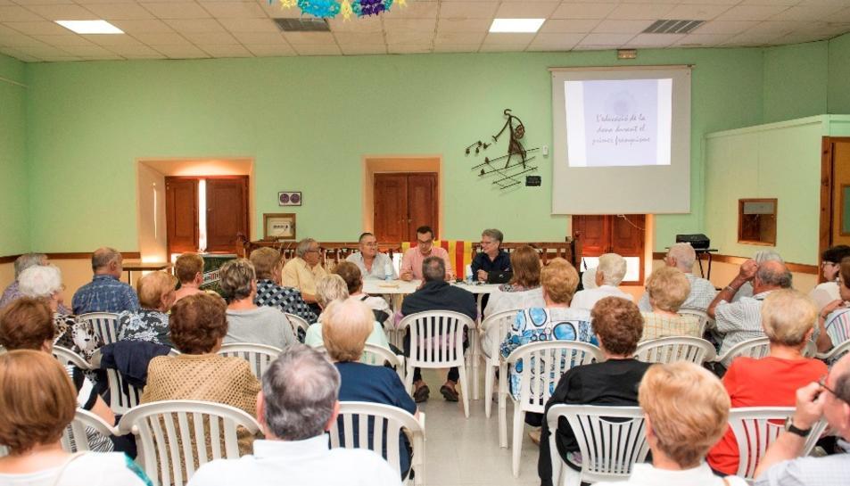 A la sessió inaugural hi van assistir prop de 60 persones.