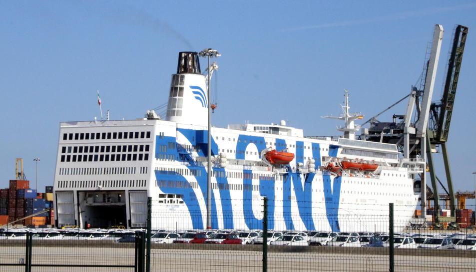 Imatge del creuer GNV Azzurro, atracat al Port de Tarragona per ordre de l'Estat des del 20 de setembre.