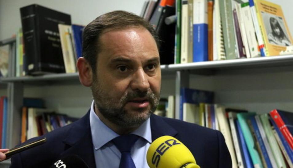 Pla curt del secretari d'Organització del PSOE, José Luís Ábalos, atenent els mitjans de comunicació el 27 de setembre del 2017.