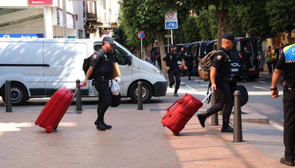 imatge dels agents del cos de l'Estat marxant de l'hotel reusenc.