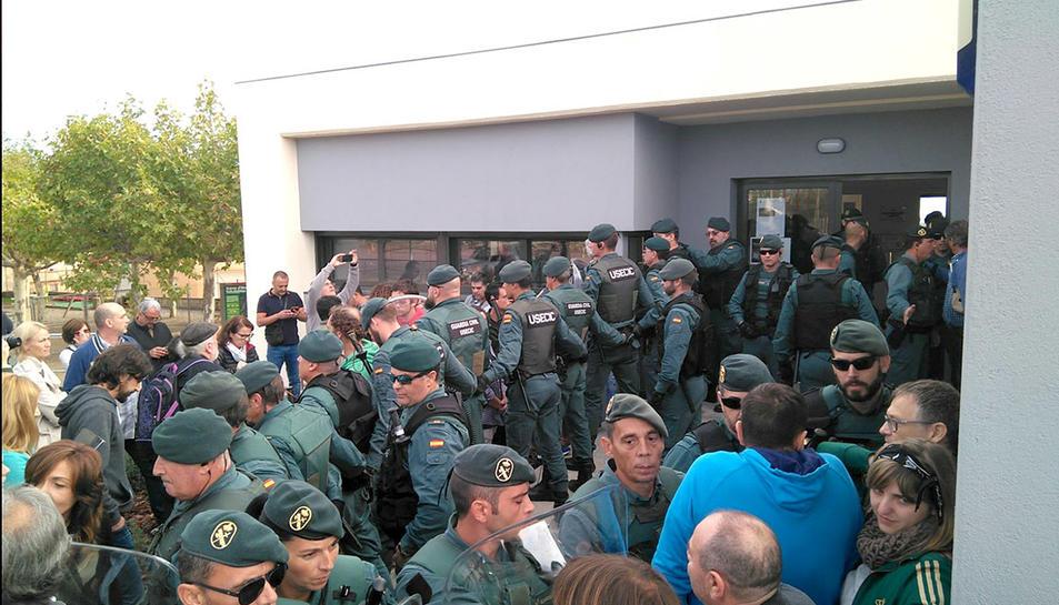 Imatge de la Guàrdia Civil a Garrigàs, a l'Alt Empordà, el passat 1-O