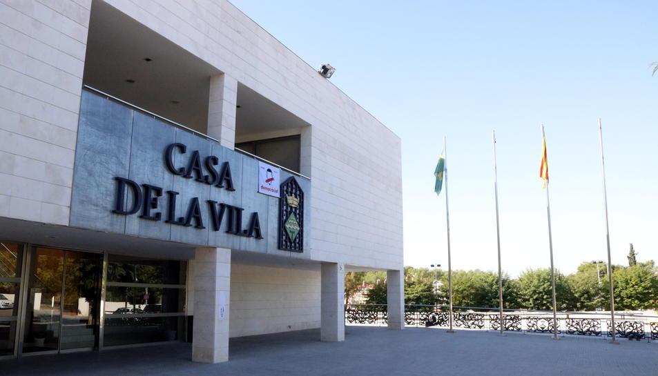 Pla general de la Casa de la Vila dels Pallaresos (Tarragonès) amb la senyera i la bandera del poble onejant als pals de l'exterior de l'edifici, sense la bandera espanyola ni l'europea. Imatge del 6 d'octubre del 2017