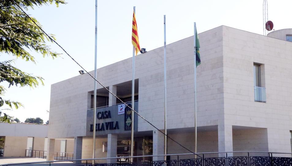 Pla general de l'Ajuntament dels Pallaresos (Tarragonès), només amb la senyera i la bandera del poble onejant als pals. Imatge del 6 d'octubre del 2017